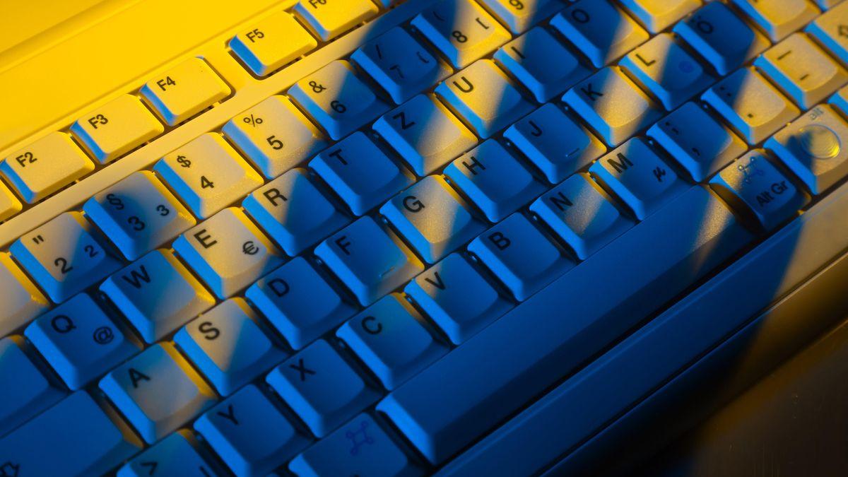 Schatten einer Hand auf der Tastatur