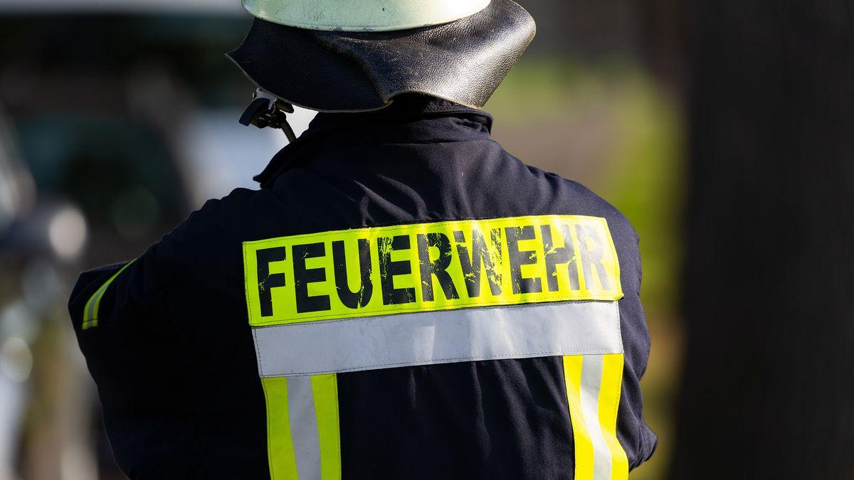 Ein Mitarbeiter der Feuerwehr von hinten.