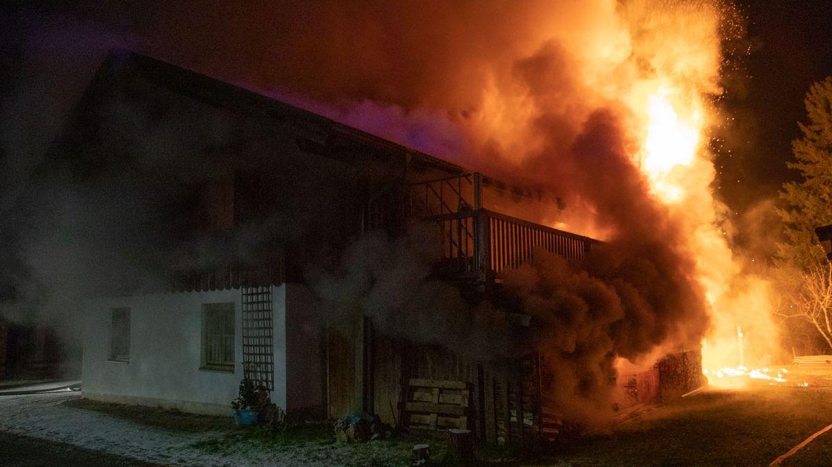 Das Haus aus einer anderen Perspektive, die eröffnet den Blick auf ein riesiges Feuer an der Fassade und dicke Rauchschwaden