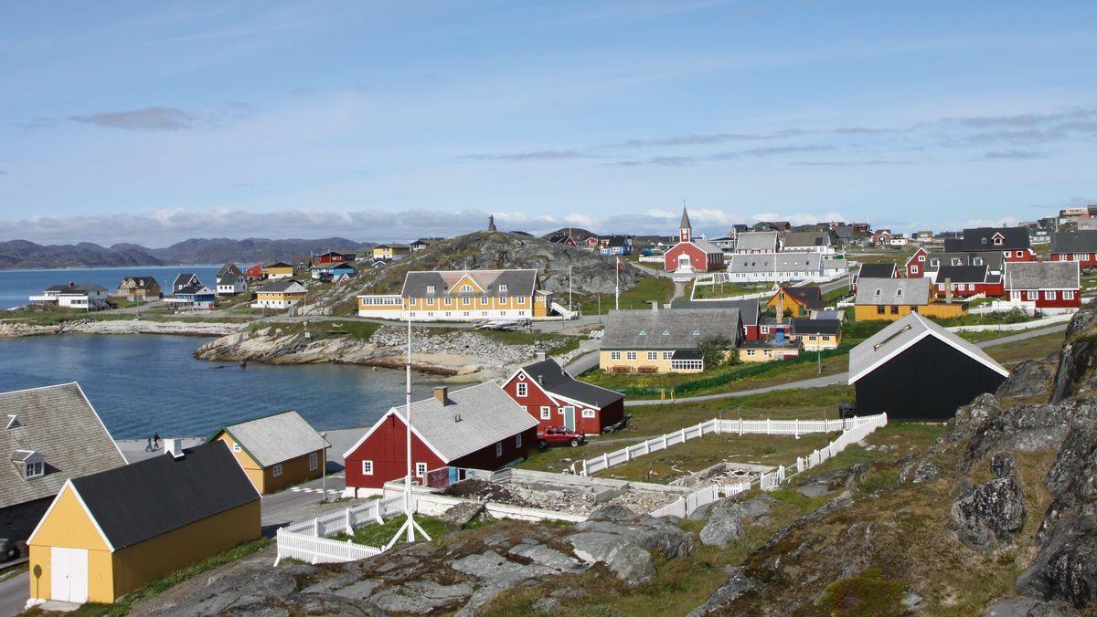 Blick auf Grönlands Hauptstadt Nuuk mit der Domkirche, sowie dem Denkmal von Hans Egede auf dem Hügel