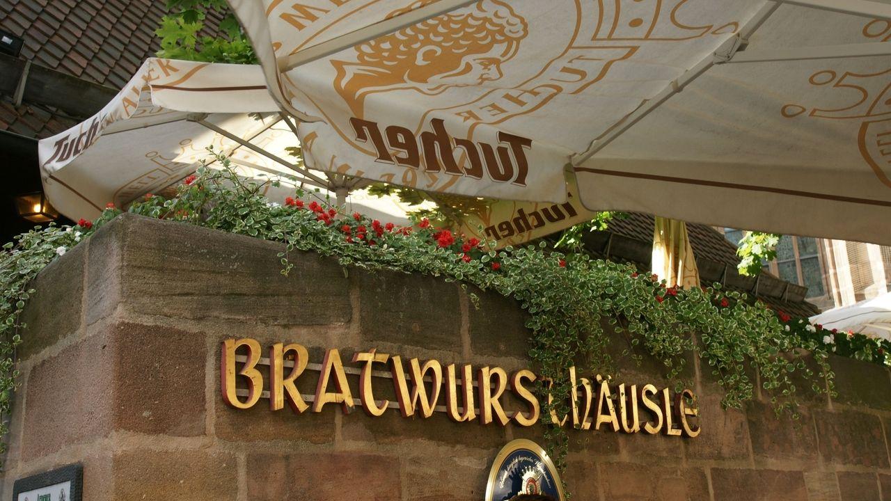 Der goldene Schriftzug am Eingang des Bratwursthäusles in Nürnberg