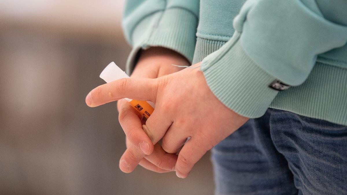 Kind hält Teströhrchen (Symbolbild)