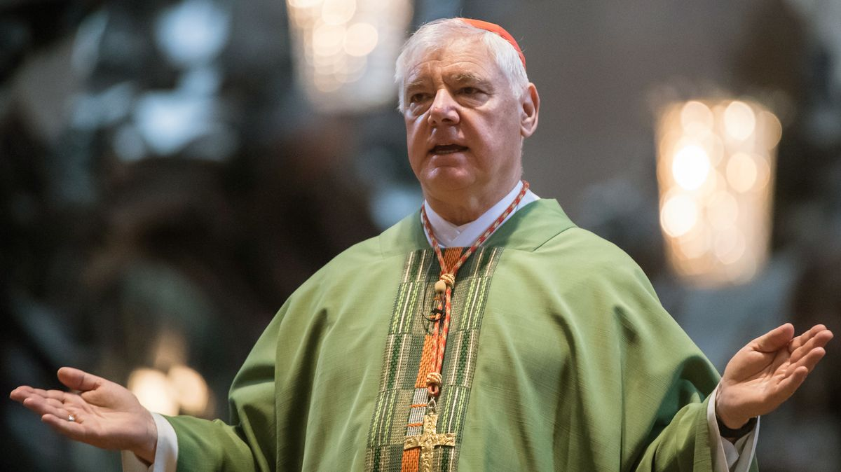 Kardinal Gerhard Ludwig Müller breitet am 02.07.2017 in Mainz (Rheinland-Pfalz) im Dom die Arme aus. Am Vortag war bekannt geworden, dass Papst Franziskus sich von Müller als Chef der Glaubenskongregation trennt.