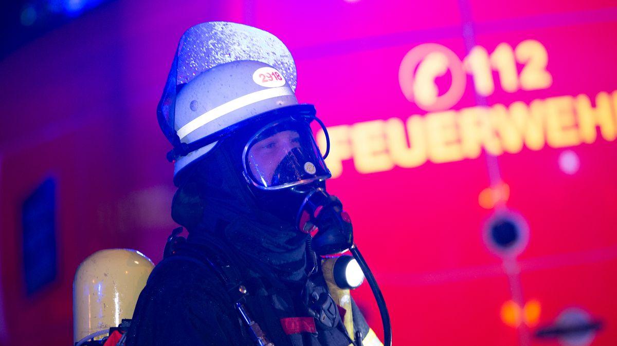 Feuerwehrmann mit Atemschutz (Symbolbild)