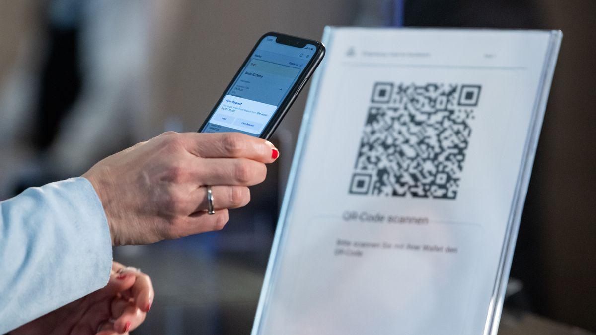 Einchecken im Hotel mit dem Smartphone, vorgestellt von Staatsministerin für Digitalisierung Dorothee Bär