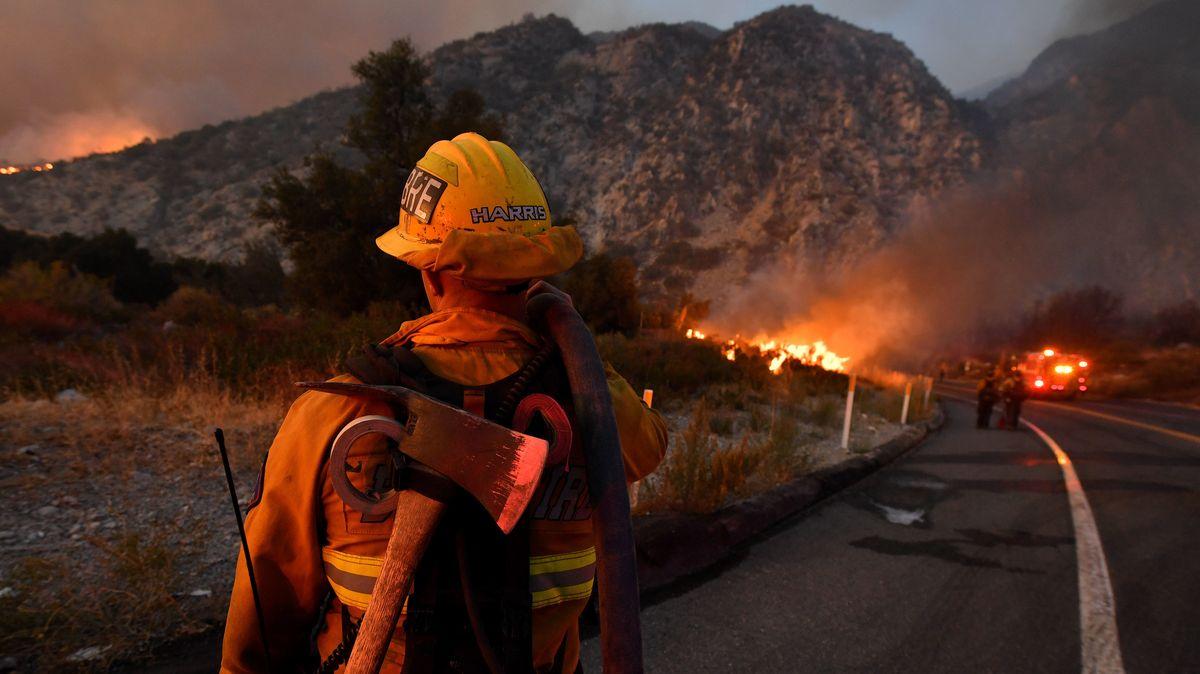 Ein Feuerwehrmann beobachtet einen Waldbrand in der Nähe des Highway 38.