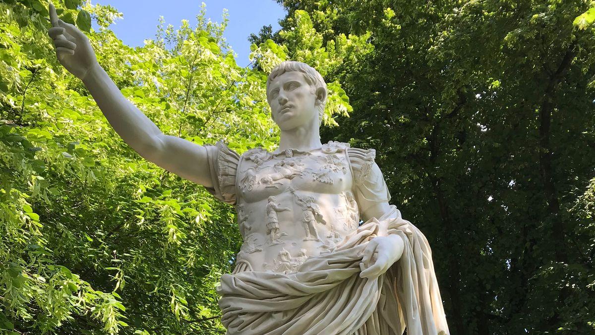 Seit Montag wacht wieder eine Statue des römischen Kaisers Augustus über Kempten. Die Stadt geht auf die Römer zurück.