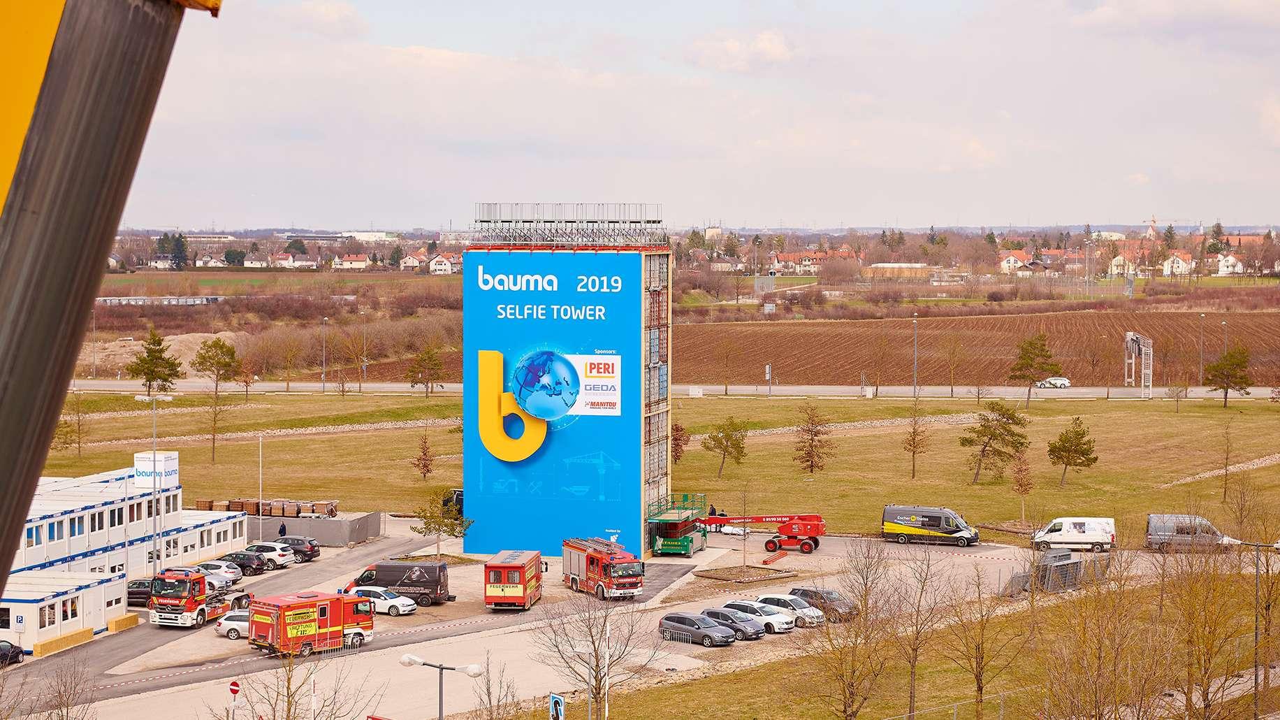 """Auf dem Geländer der Messe München steht der """"Selfie-Tower"""". Er besteht aus 24 aufeinadergestapelten Containern."""