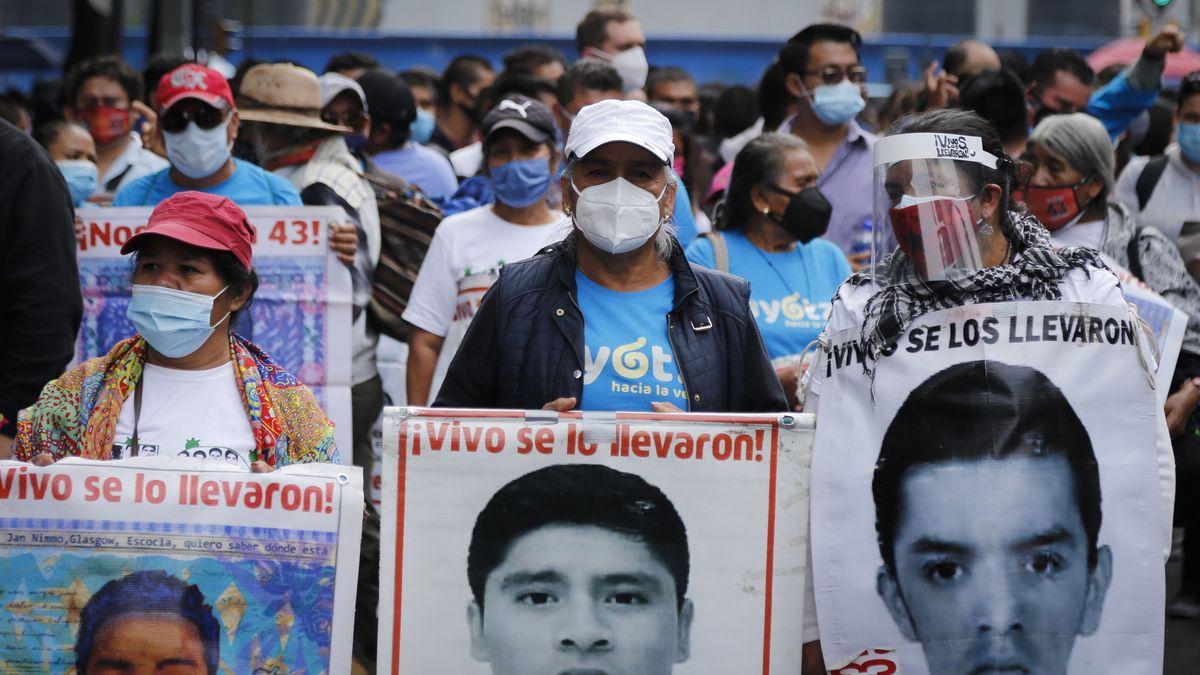 Demonstranten in Mexiko klagen Regierung an. Auf den Bildern sind verschwundene Verwandte und Bekannte zu sehen