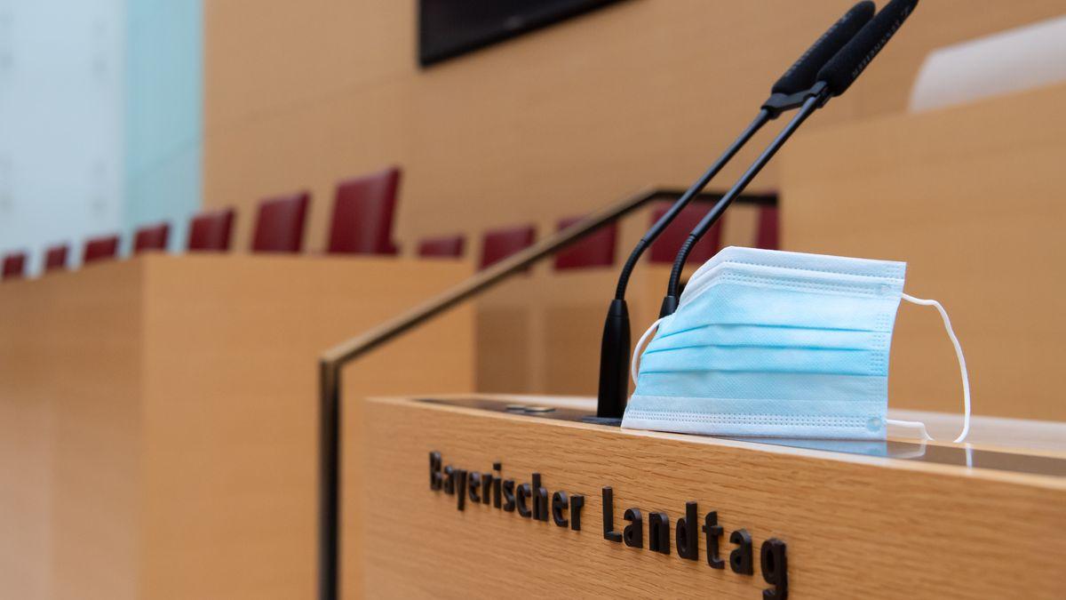 Symbolbild: Plenarsaal des Bayerischen Landtags mit Corona-Maske