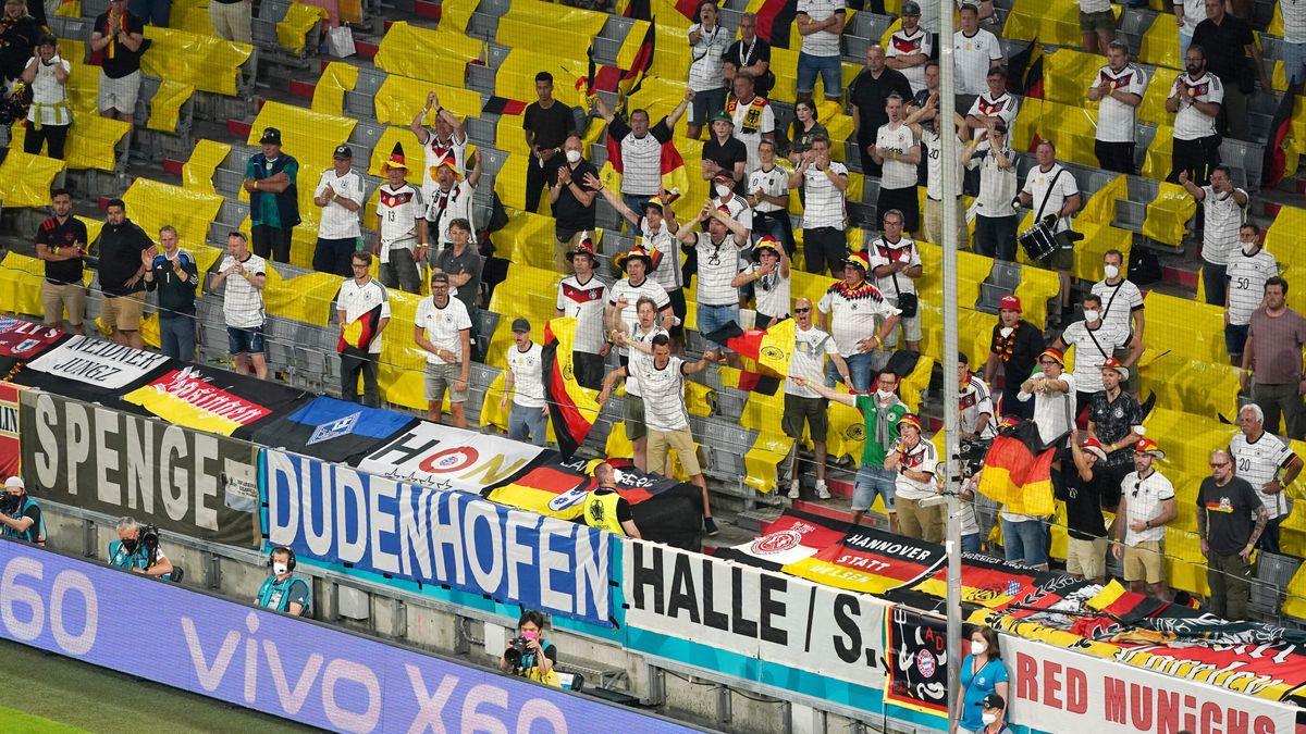 Deutsche Fans, die meisten davon ohne Maske.