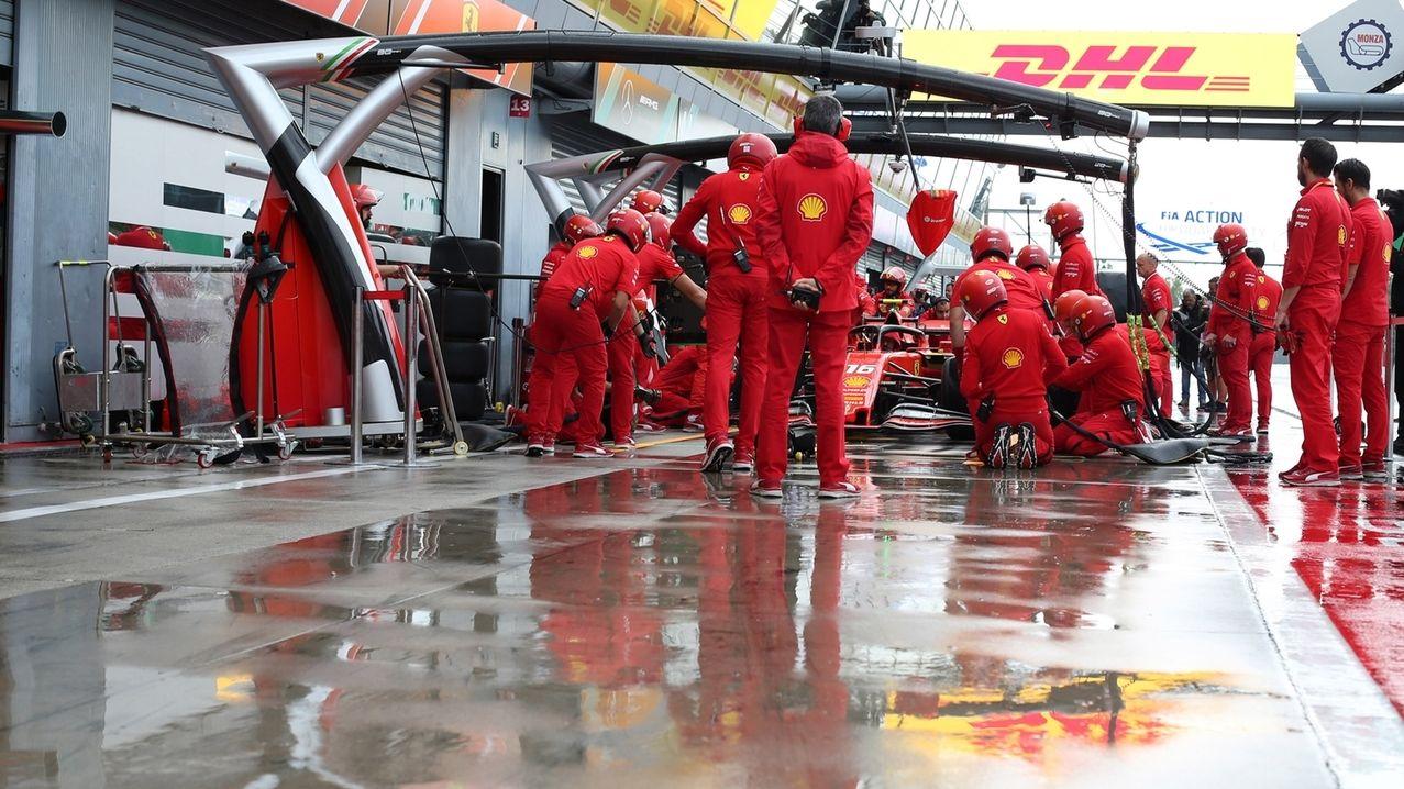 Charles  Leclerc aus Monaco vom Team Scuderia Ferrari durchläuft beim ersten freien Training einen Boxenstopp.