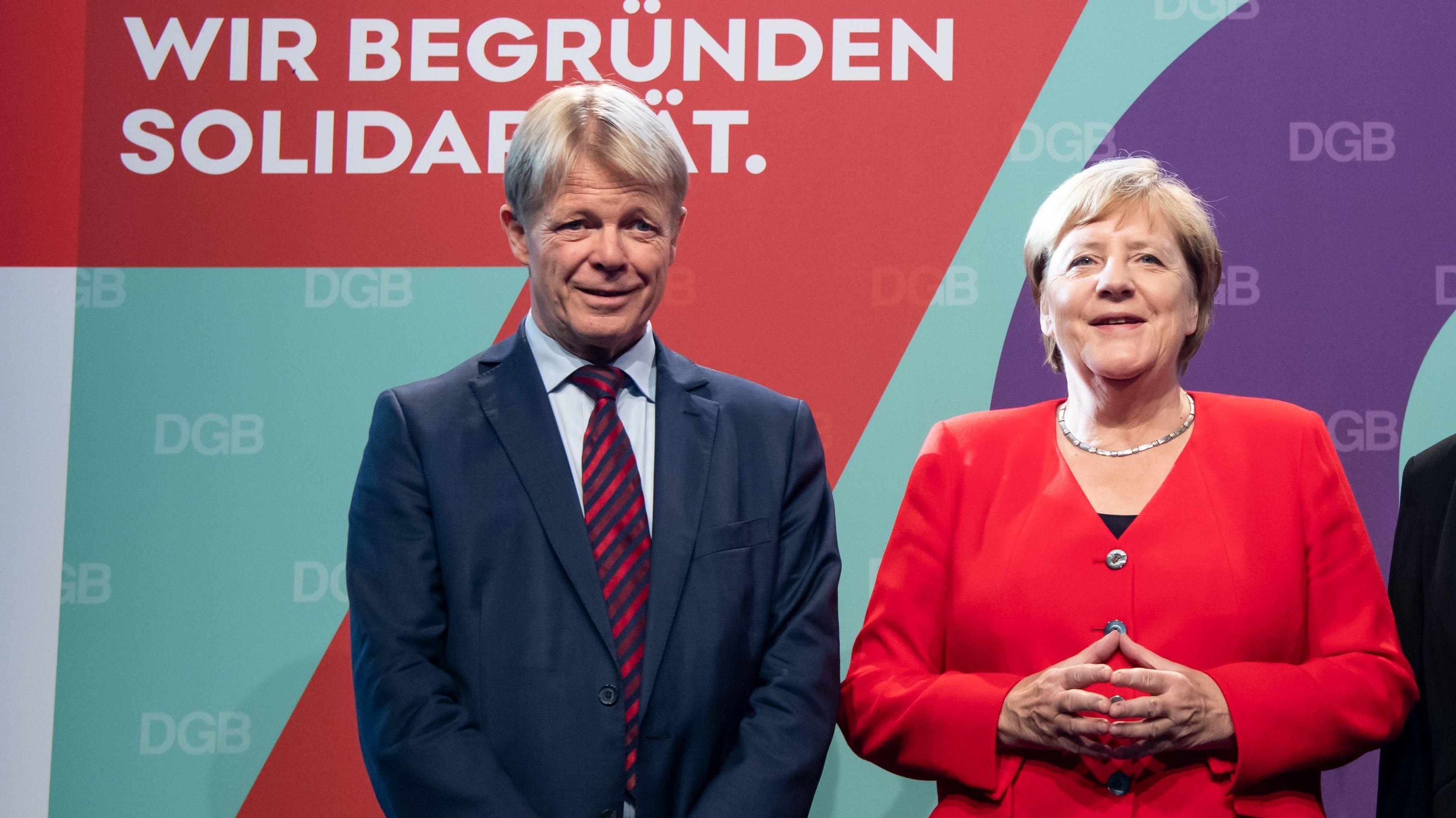 Bundeskanzlerin Angela Merkel (CDU) mit Reiner Hoffmann (l), DGB-Vorsitzender