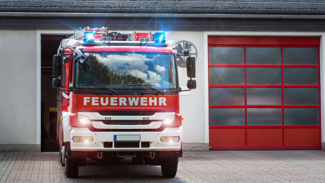 Ein Feuerwehrauto in der Einfahrt (Symbolbild)