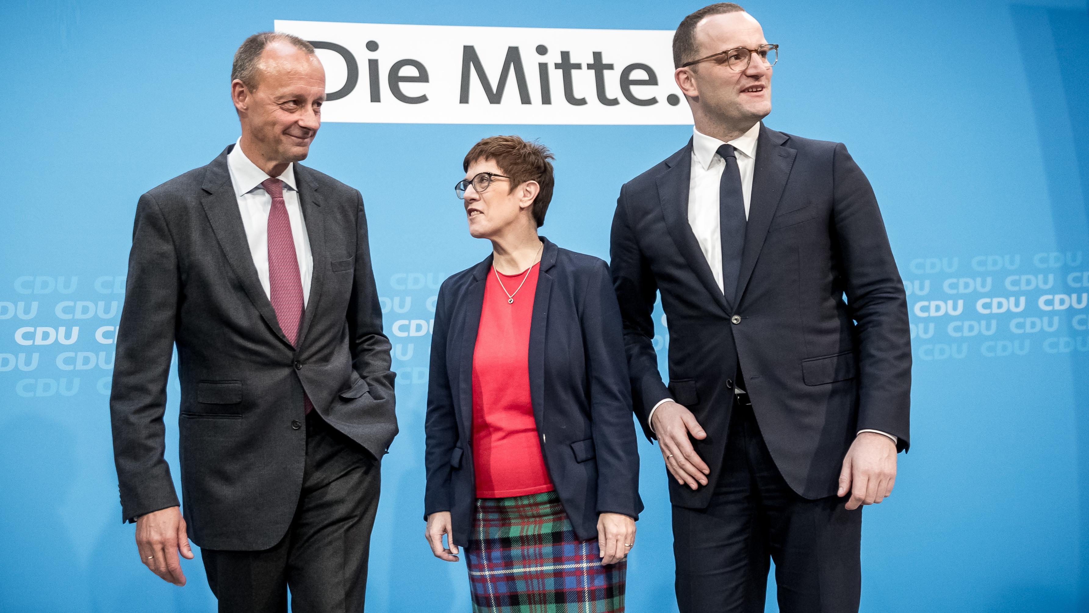 Annegret Kramp-Karrenbauer, Generalsekretärin der CDU, steht zwischen Jens Spahn (CDU, r), Bundesgesundheitsminister und Friedrich Merz (CDU)