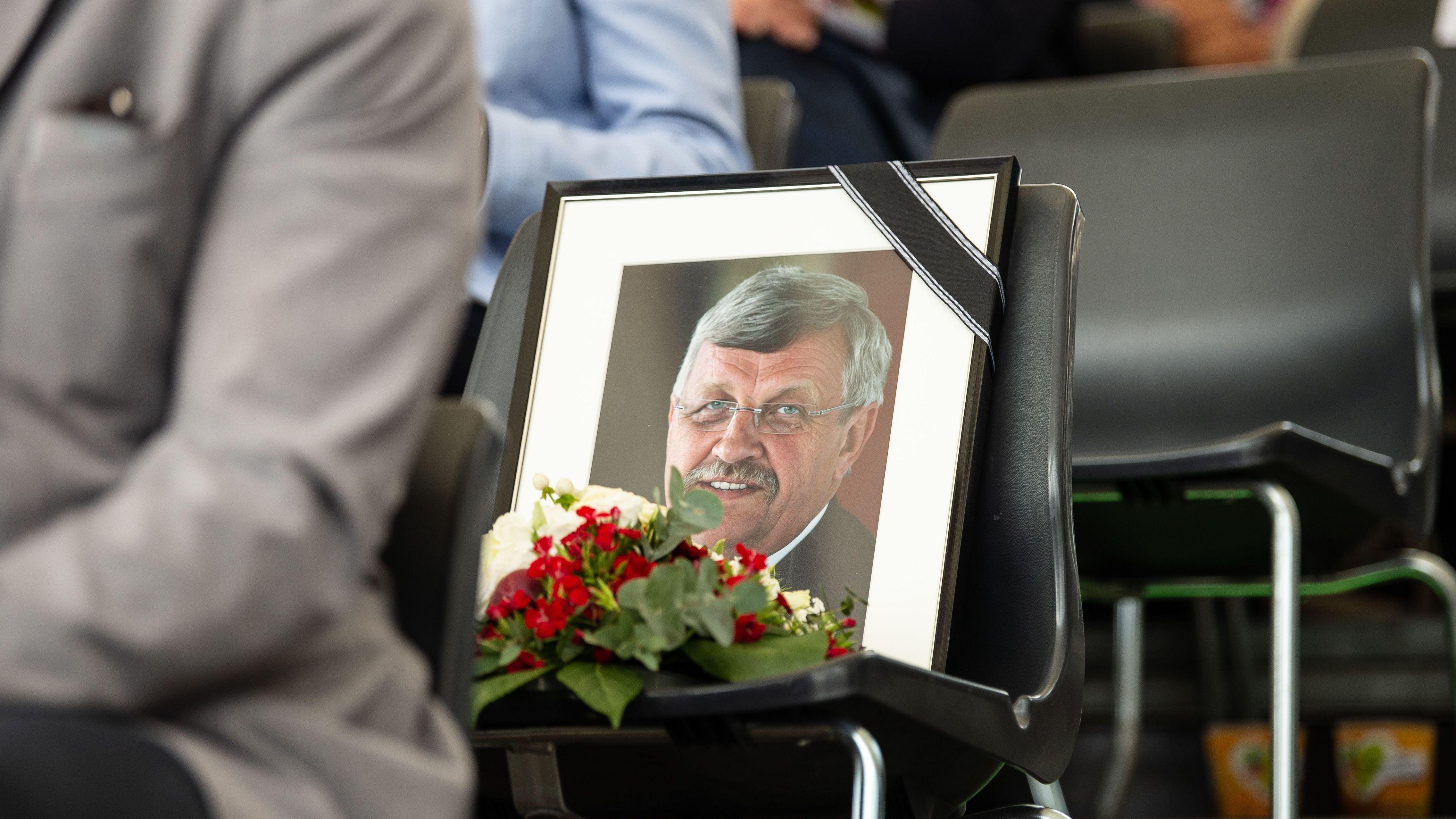 Ein gerahmtes Porträtfoto erinnert an den erschossenen Kasseler Regierungspräsidenten Walter Lübcke (CDU).
