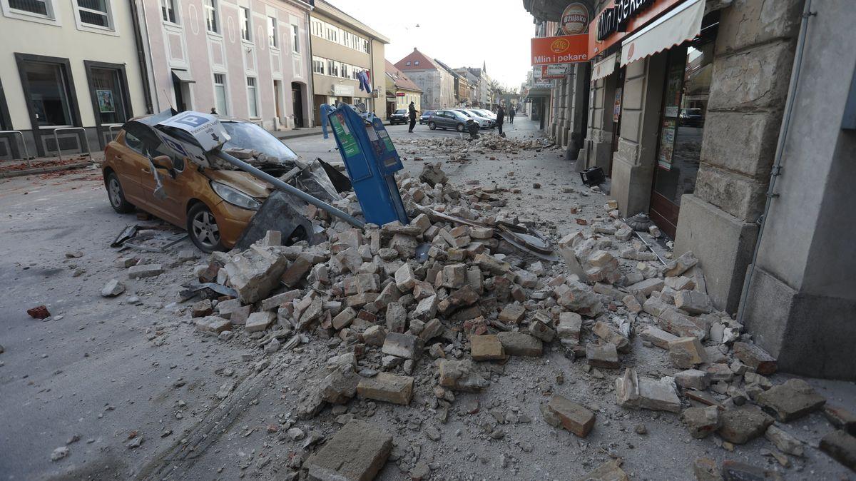 Trümmerteile eines Gebäudes liegen auf einer Straße in Kroatien.