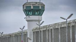 Wachturm und hohe Gefängnismauern mit Strahlern: JVA Plötzensee, | Bild:picture alliance / Bildagentur-online/Schoening
