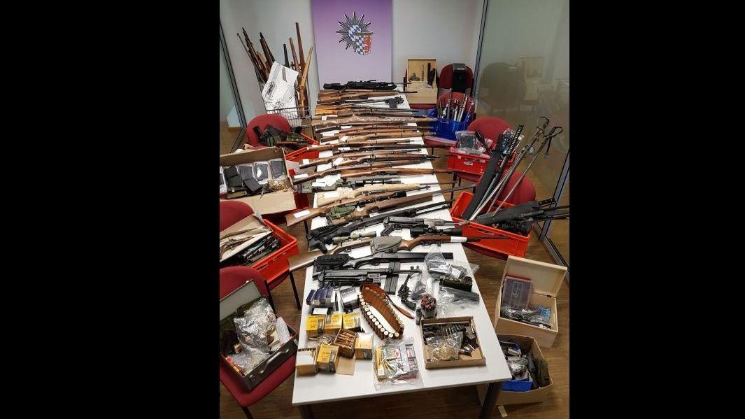 Die sichergestellten Waffen des 32-Jährigen