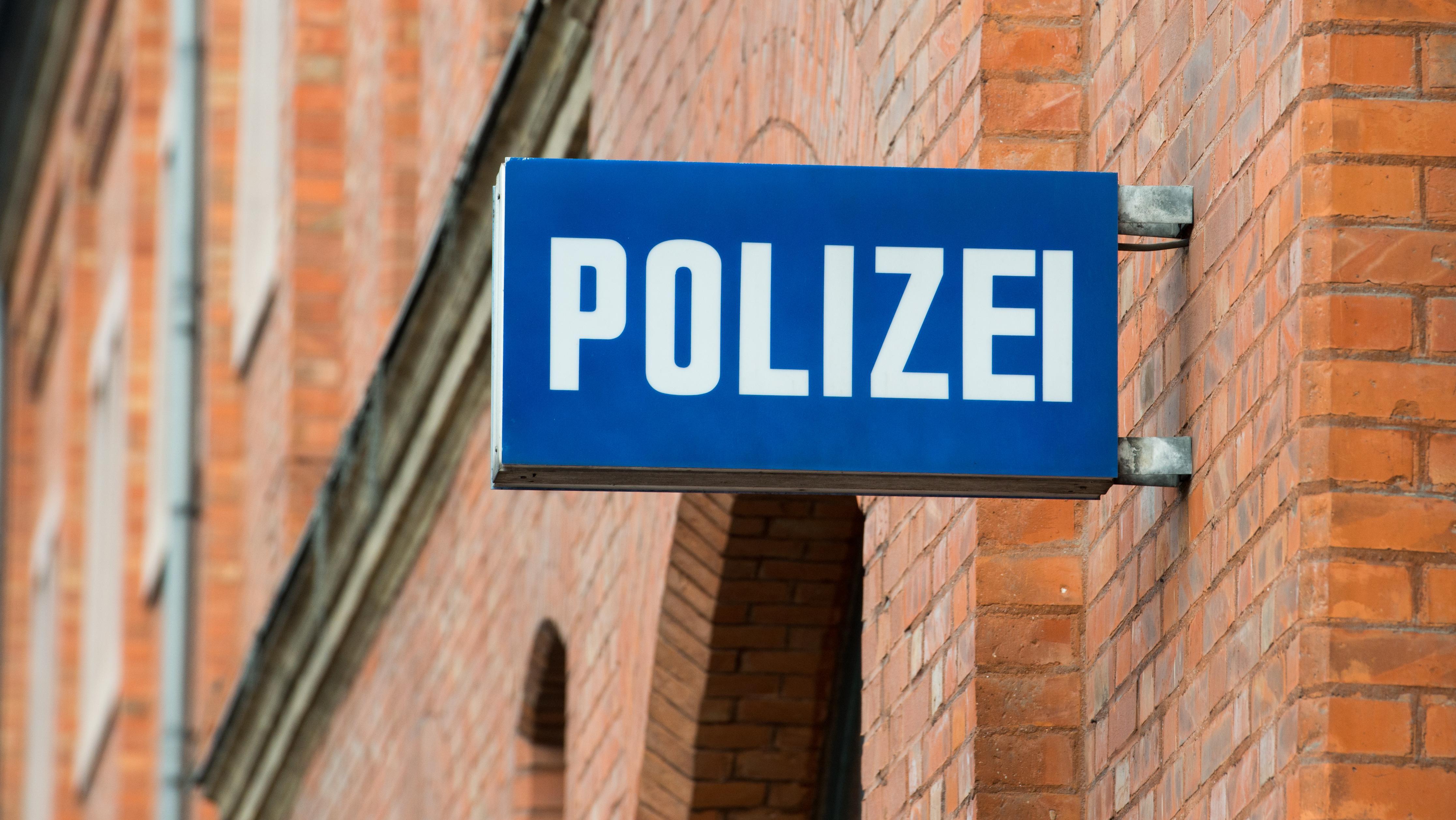 """Schild """"Polizei"""" an der Fassade des Polizeipräsidiums Oberbayern Nord in Ingolstadt"""