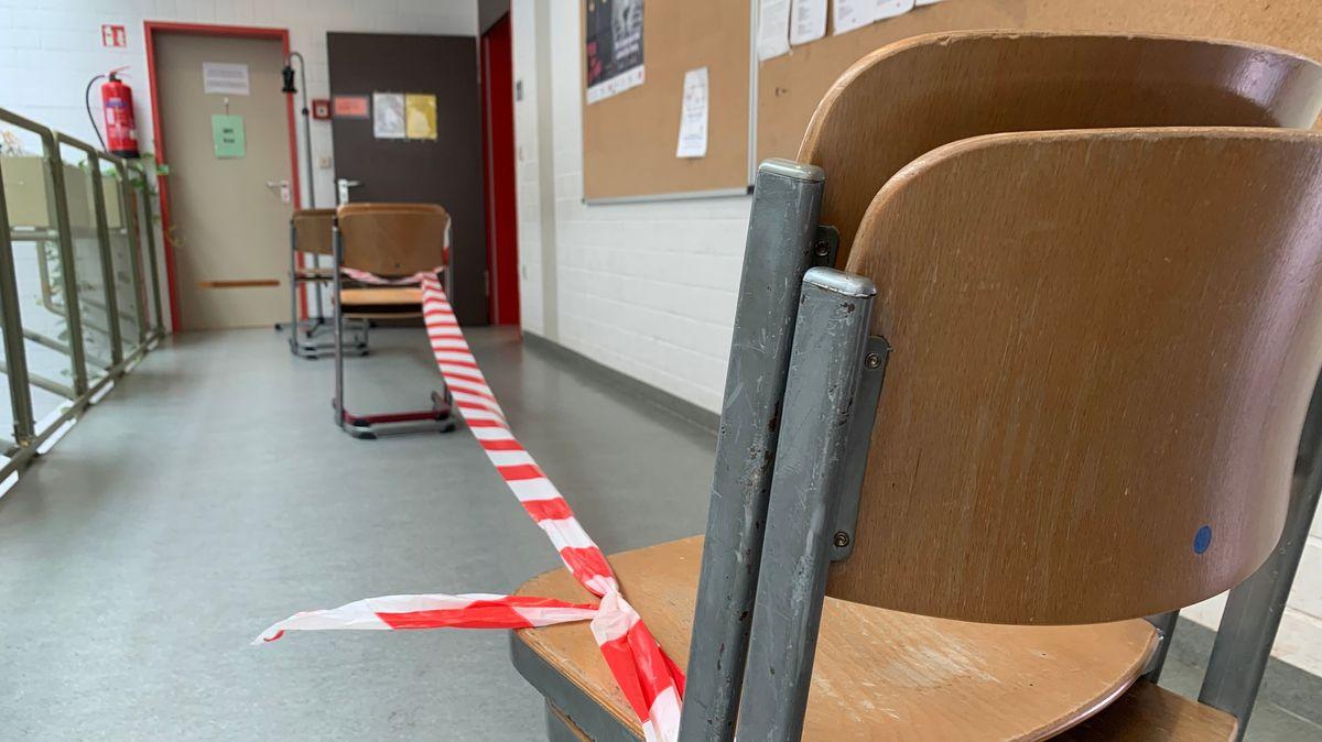 Das Sperrband markiert die Einbahnstraßen-Regelung am Gymnasium in Vilshofen