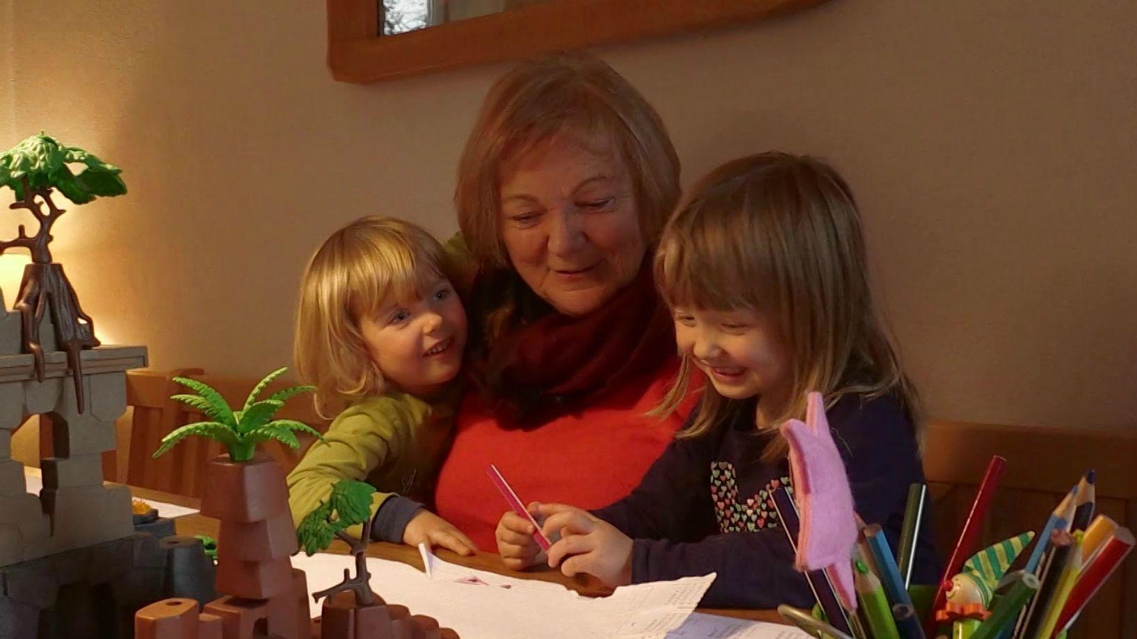 Kinder basteln mit der Wunsch-Oma.