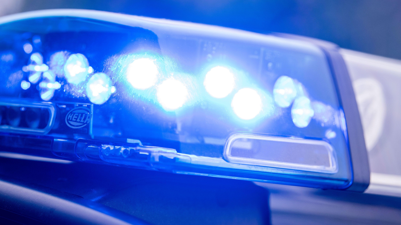 Nach einer Attacke von Rasern hat die Polizei einen ersten Verdächtigen ermittelt