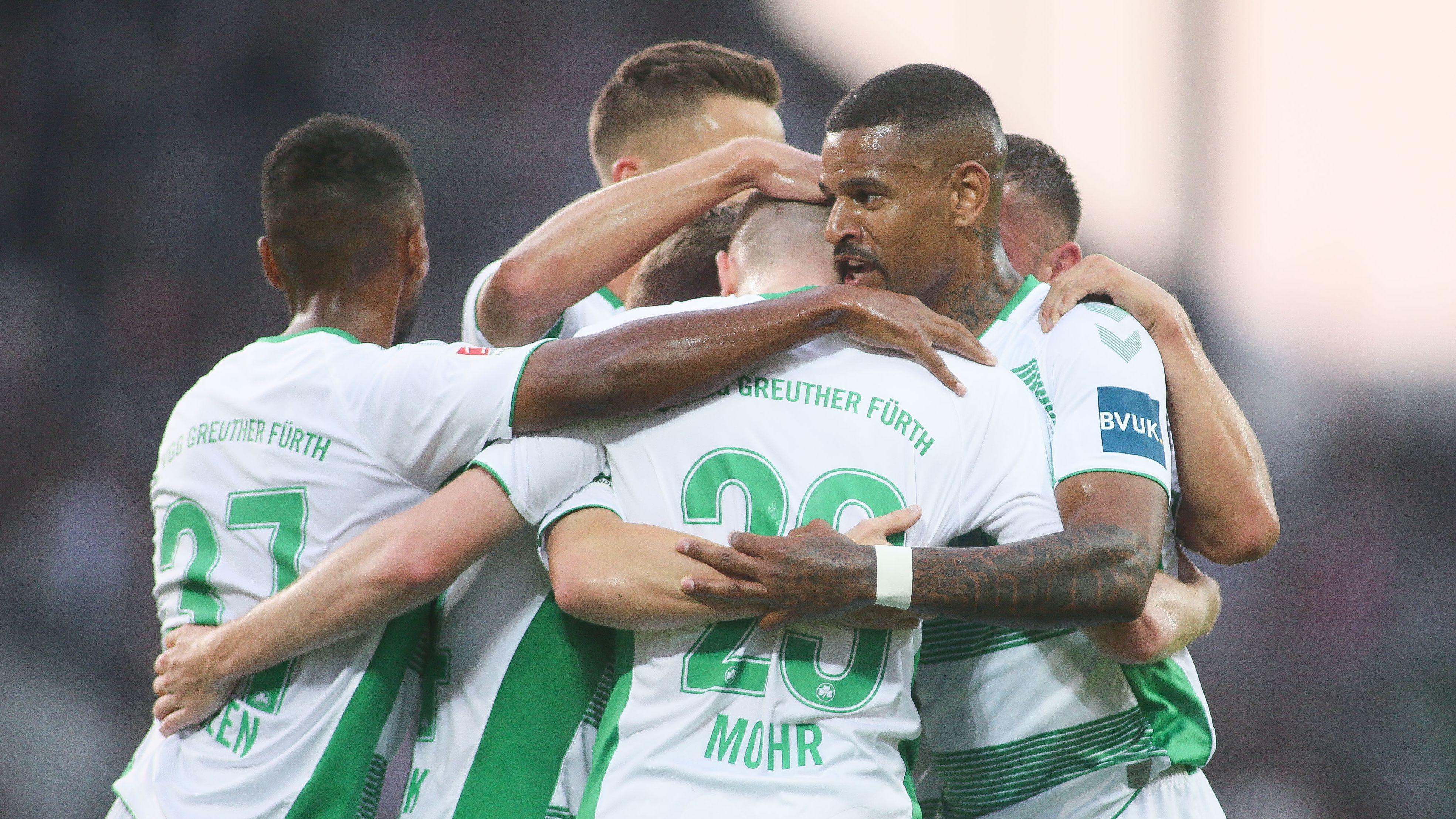 Fürth-Spieler feiern ein Tor in Hamburg