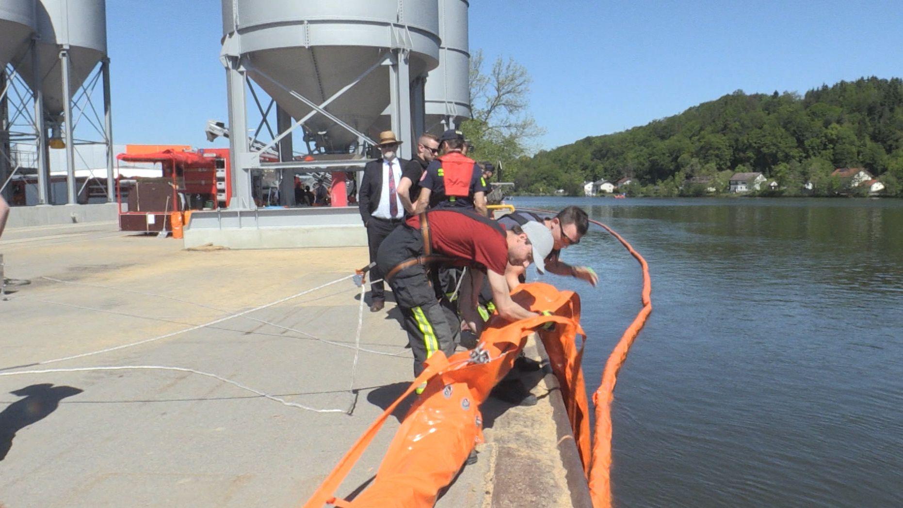 Ölwehrübung an der Donau