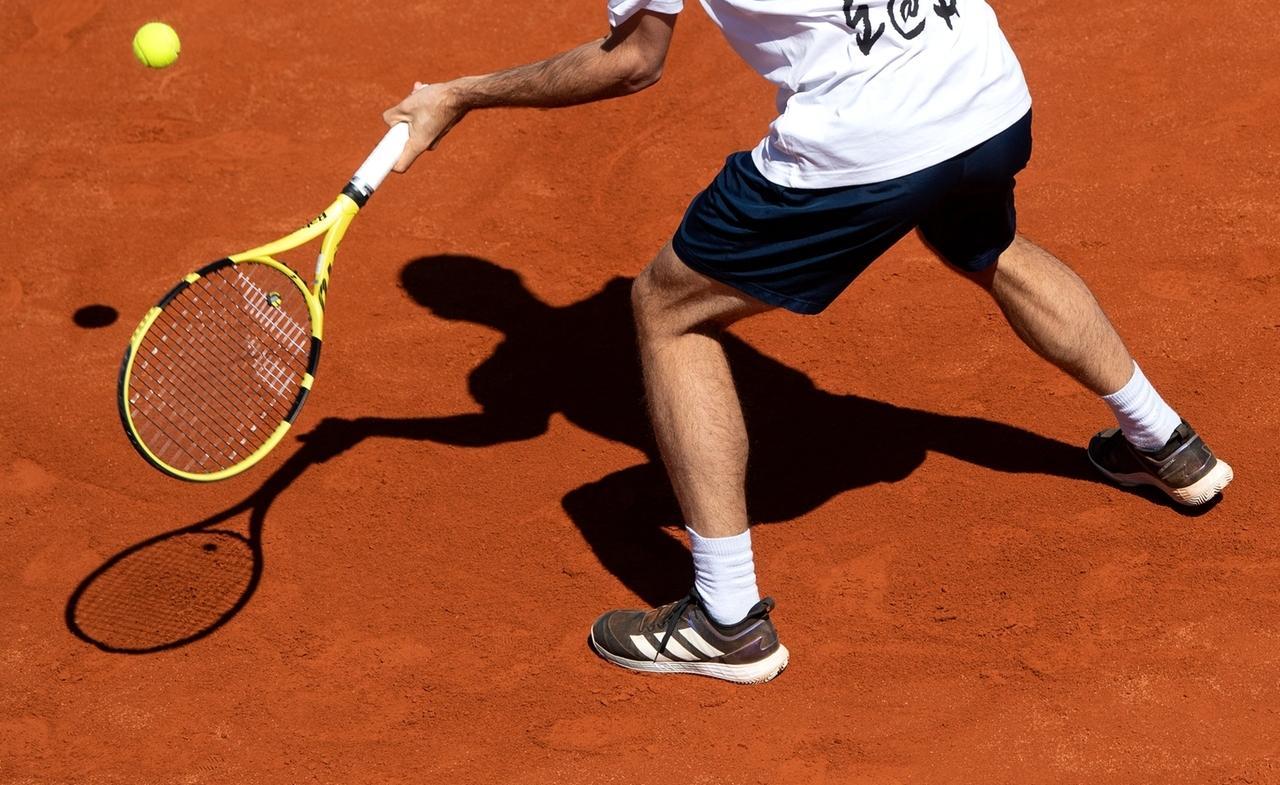 23.04.2021, Bayern, München: Tennis: ATP-Tour, Pressekonferenz: Ein Spieler trainiert nach der Pressekonferenz auf einem Platz. Vom 24.04. bis zum 02.05.2021 findet in München das ATP-Turnier statt.