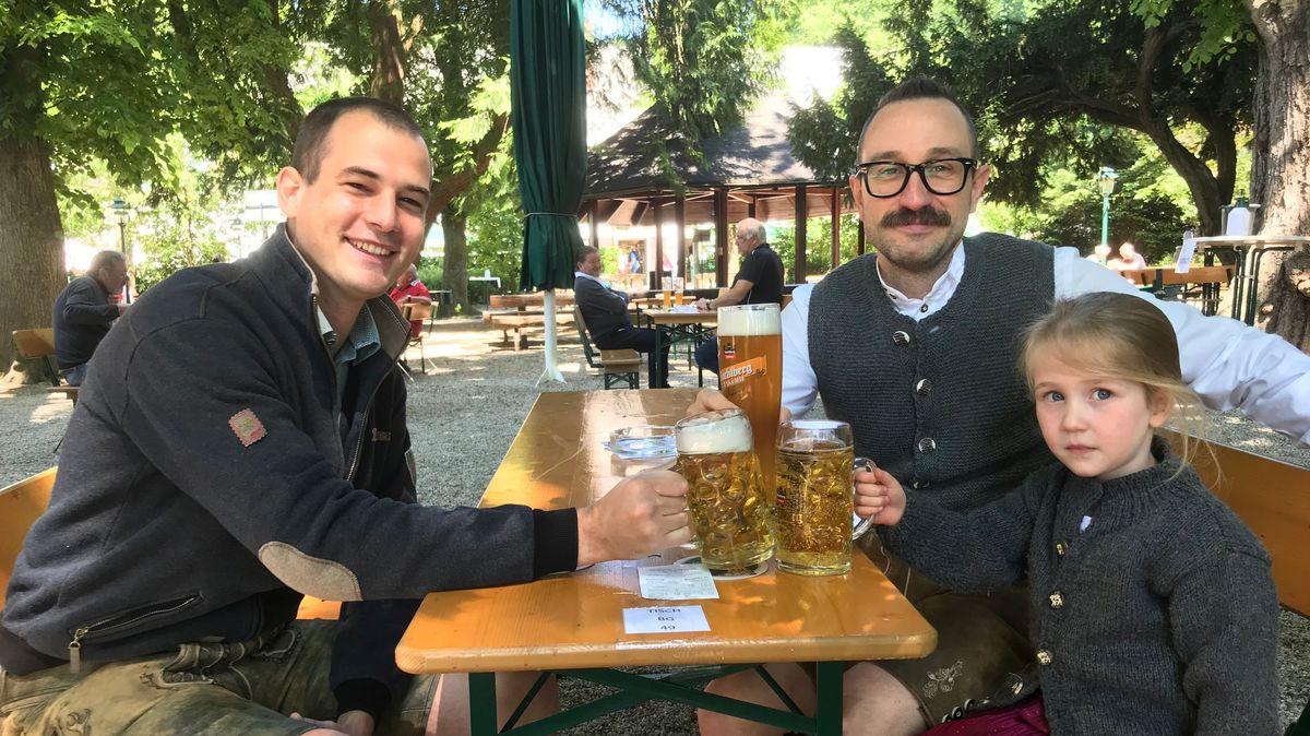 Besucher in Tracht im Hacklberger Biergarten in Passau