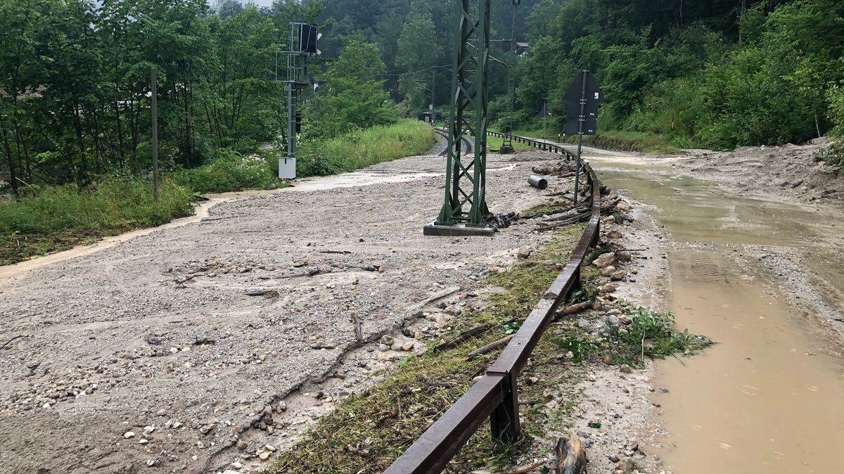 Die Bahnstrecke Bad Reichenhall-Berchtesgaden ist von Schlamm und Geröll bedeckt.