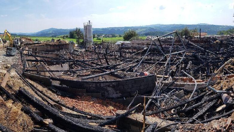 Großbrand in Thyrnau zerstört landwirtschaftliches Anwesen.