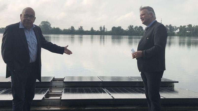 Photovoltaikinseln auf dem Baggersee