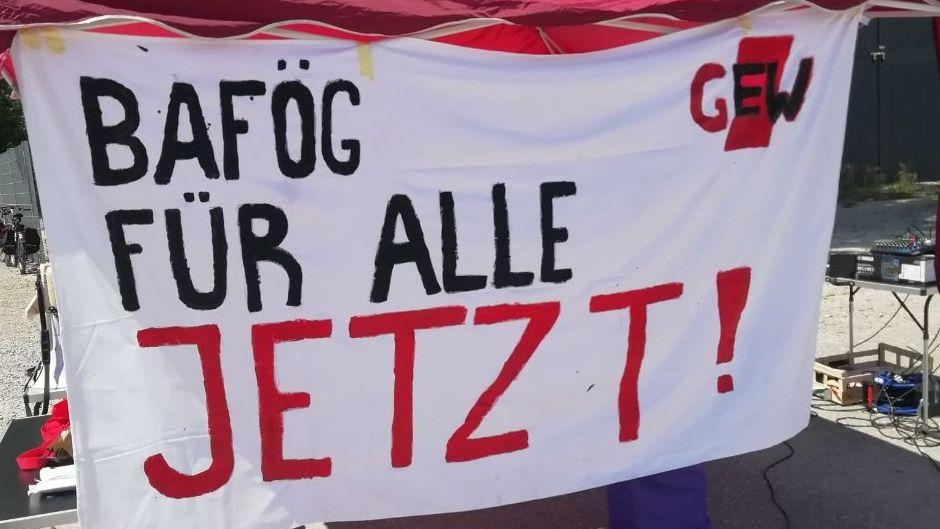 Transparent von Studierenden in Augsburg. Sie fordern mehr Geld von der Bundesregierung in der Corona-Krise