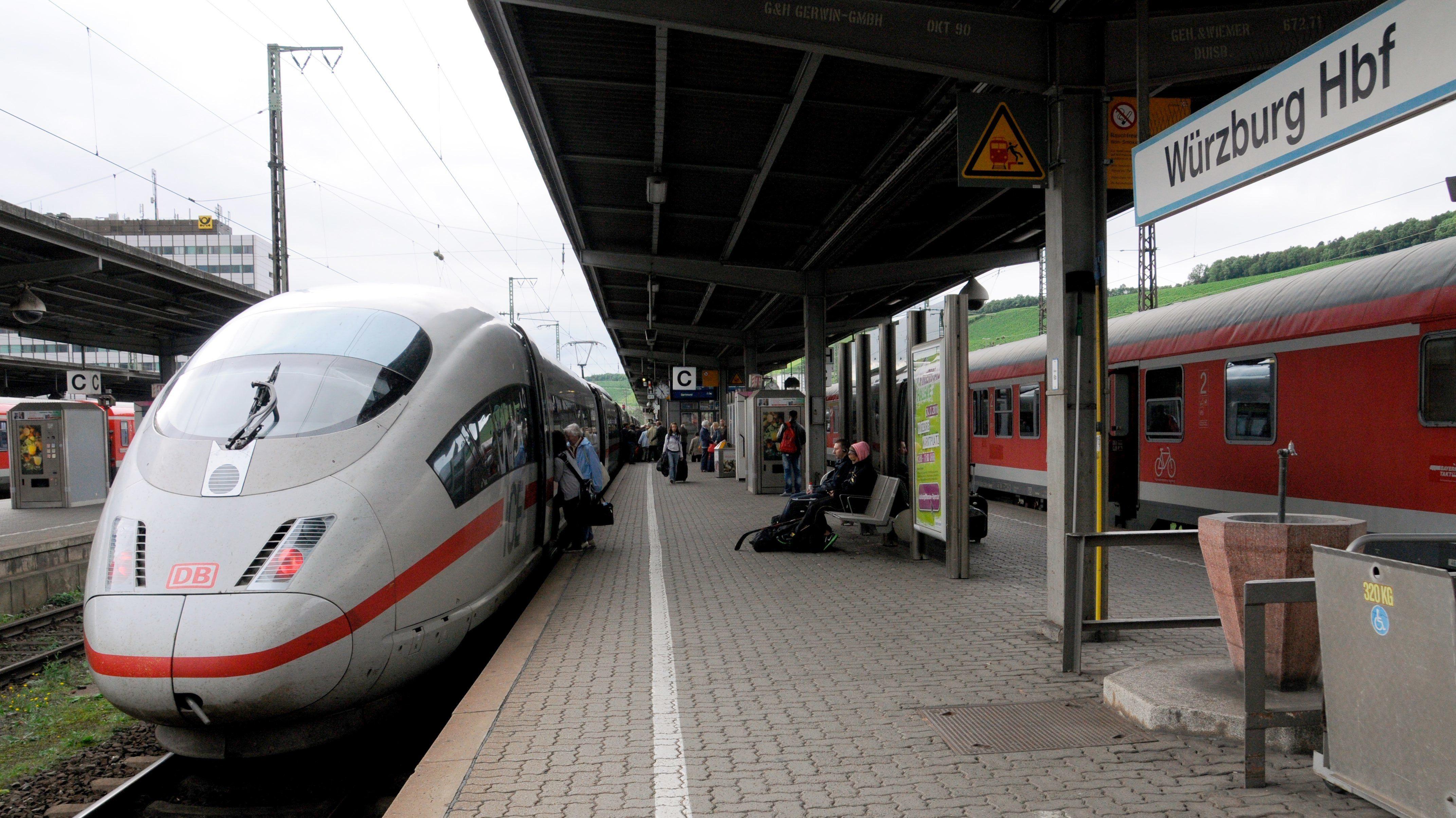 Ein ICE steht auf einem Gleis am Würzburger Hauptbahnhof.