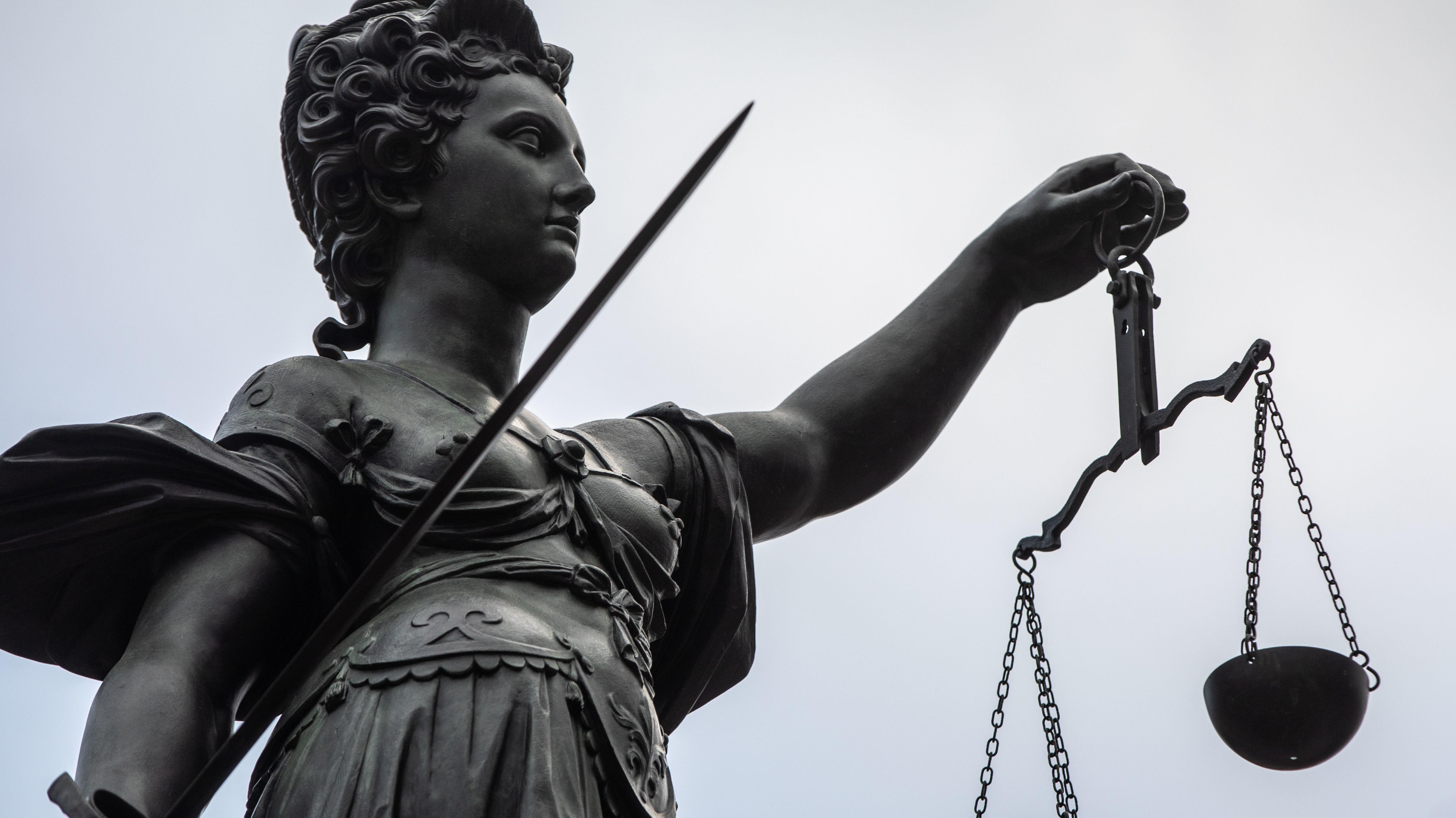 Die Statue der Justitia mit Schwert und Waage