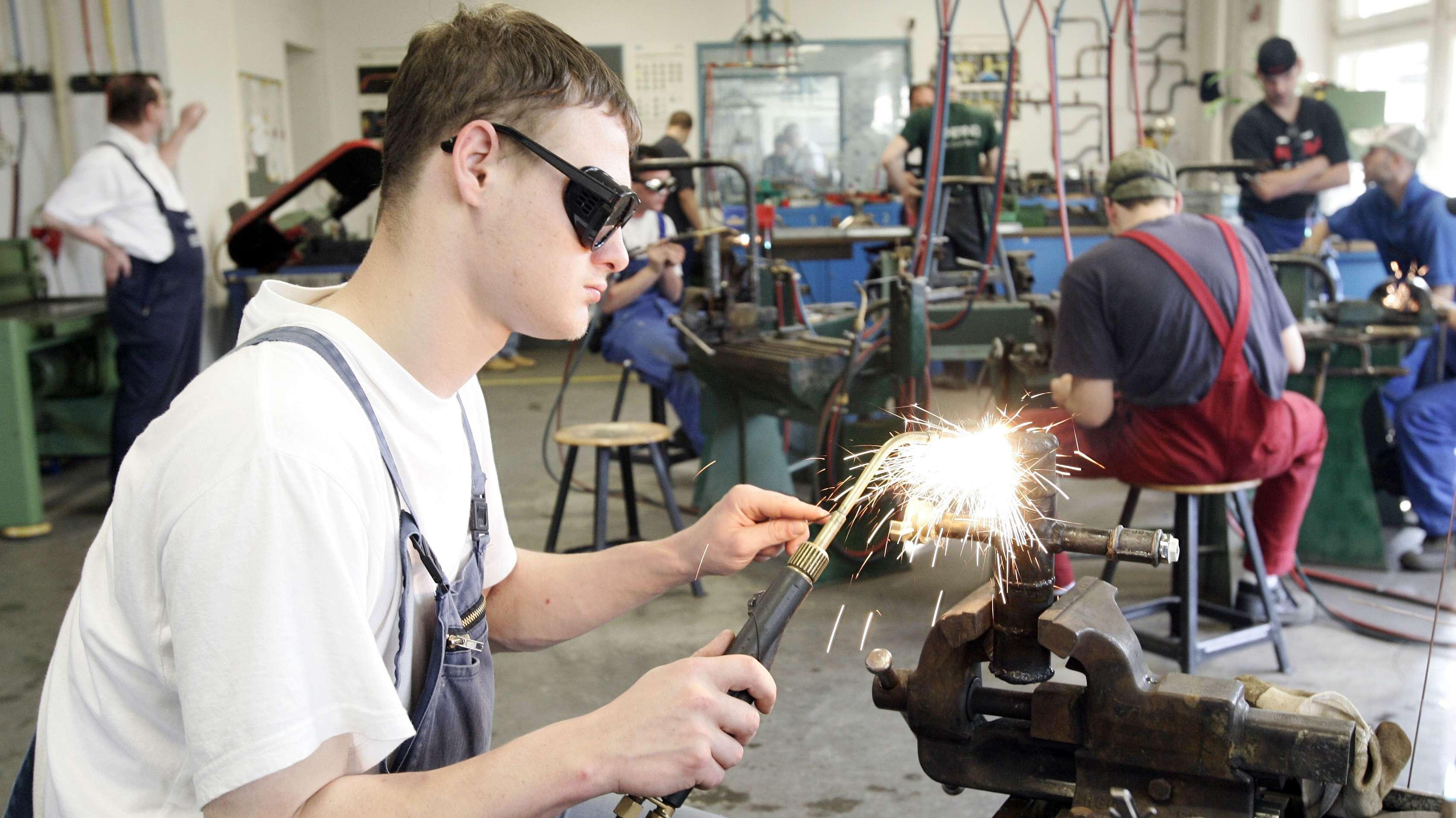 Auszubildender Klempner im Ausbildungszentrum der Industrie- und Handelskammer in Berlin.