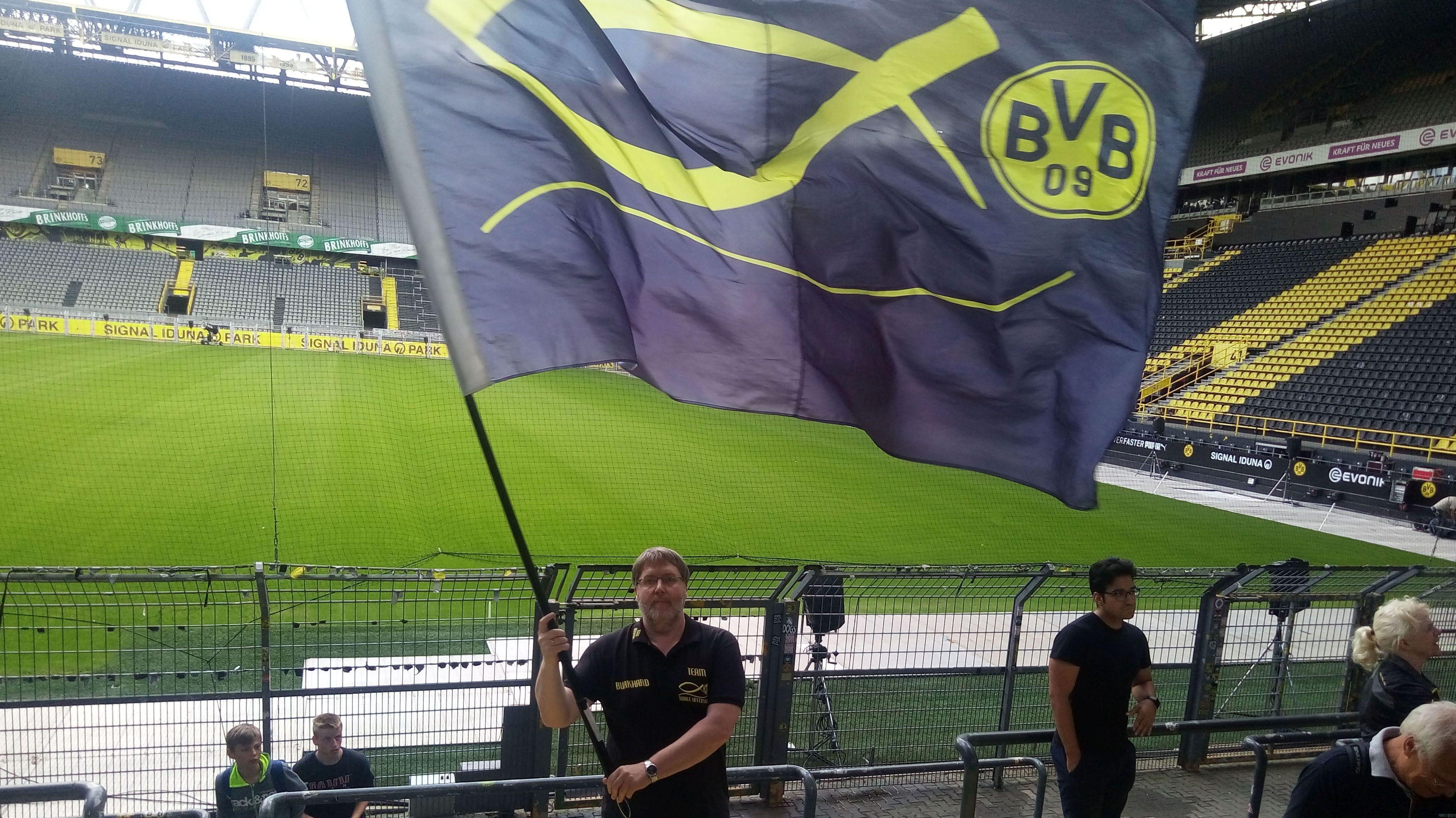 """Pfarrer Burkhard Kurz vom christlichen BVB-Fanclub """"Totale Offensive"""" bei seiner Lieblingsbeschäftigung."""