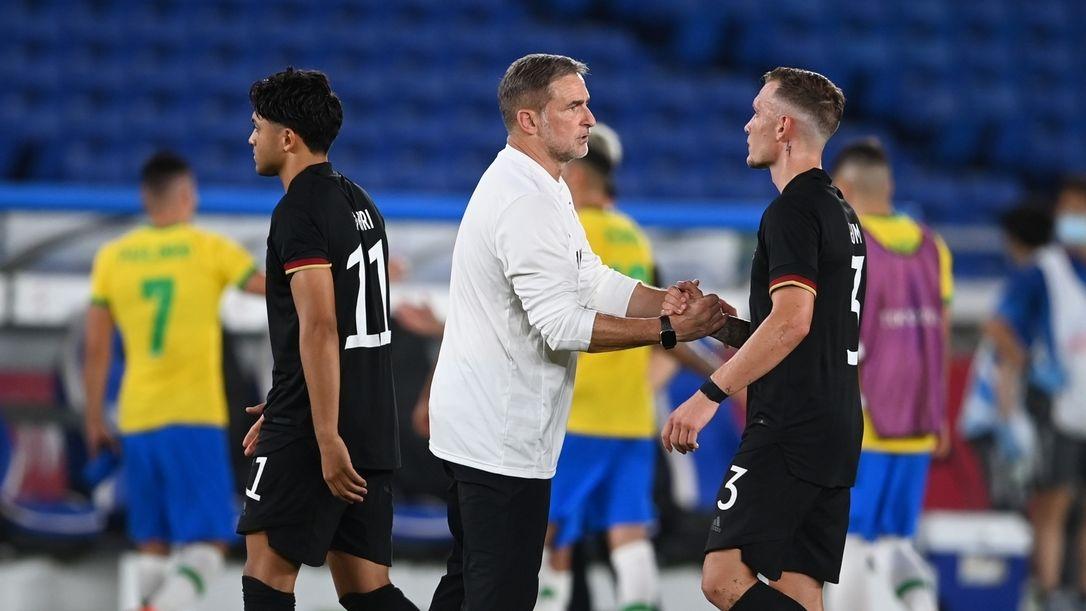 Trainer Stefan Kuntz klatscht nach der Niederlage gegen Brasilien seine Spieler ab