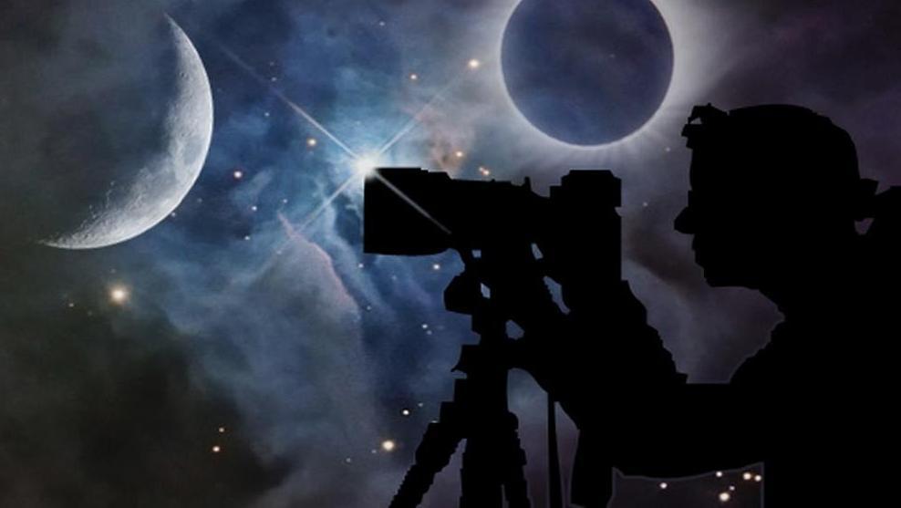 Illustration: Silhouette einer Fotografin vor Sternenhimmel mit Mond und Sonnenfinsternis