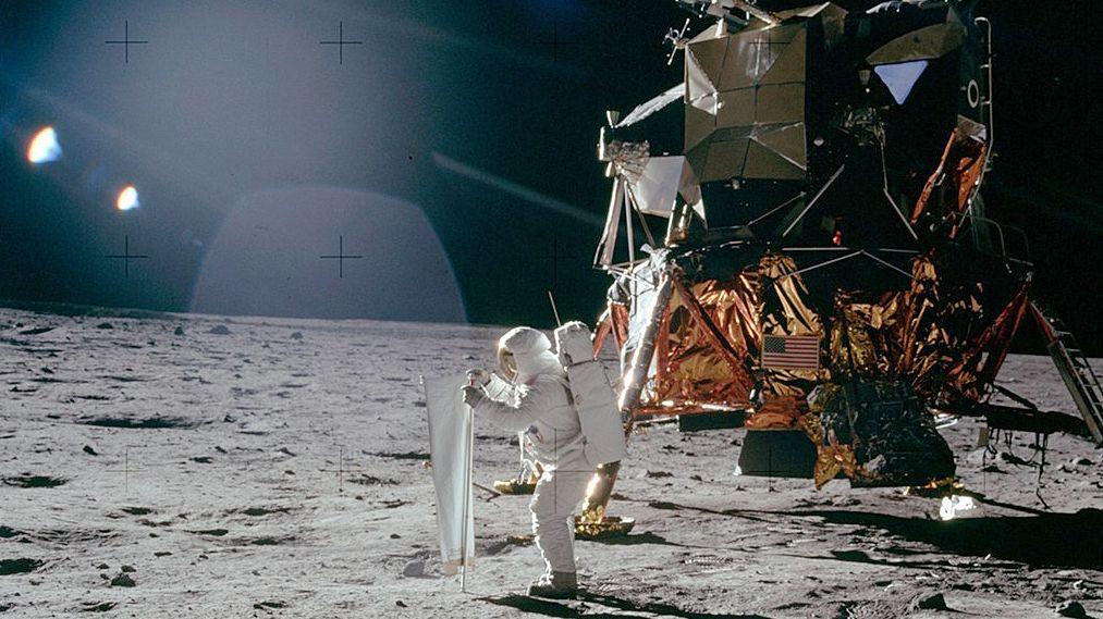 """""""Apollo 11"""":  US-Astronaut Buzz Aldrin vor der Raumfähre auf der Mondoberfläche"""