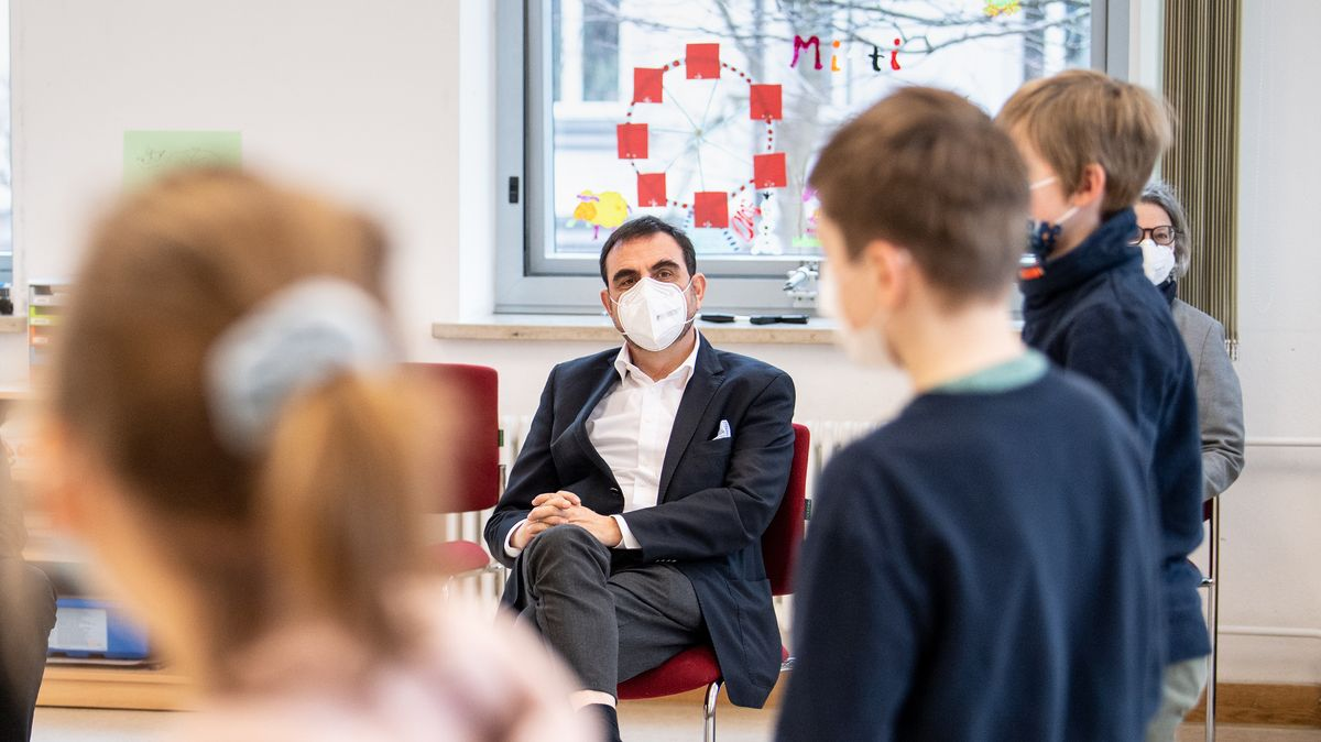 Klaus Holetschek, Gesundheitsminister von Bayern, unterhält sich mit Schülern (Archivbild).