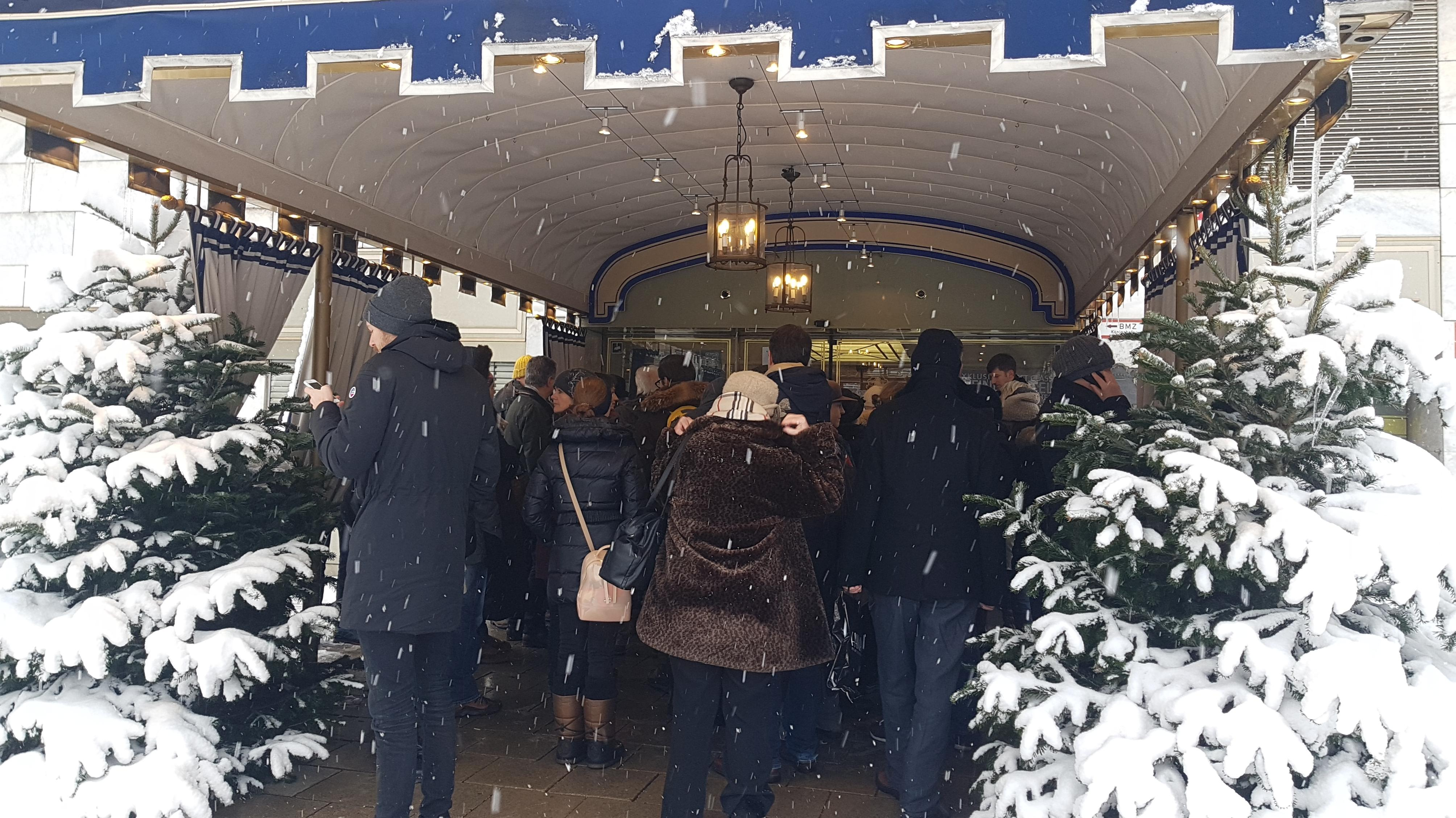 Andrang am Eingang des Hotels.