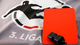 Rote Karte und Schiedsrichterprfeife auf dem Logo der 3. Liga