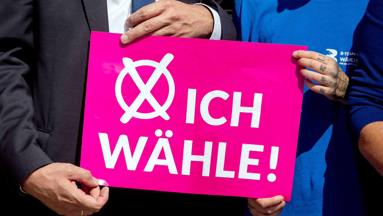 """""""B-Team-Tour"""" startet am Landtag von Brandenburg. Jugendliche ziehen im Vorfeld der Landtagswahl durch das Land, um junge Menschen zu motivieren für ein weltoffenes Brandenburg wählen zu gehen."""