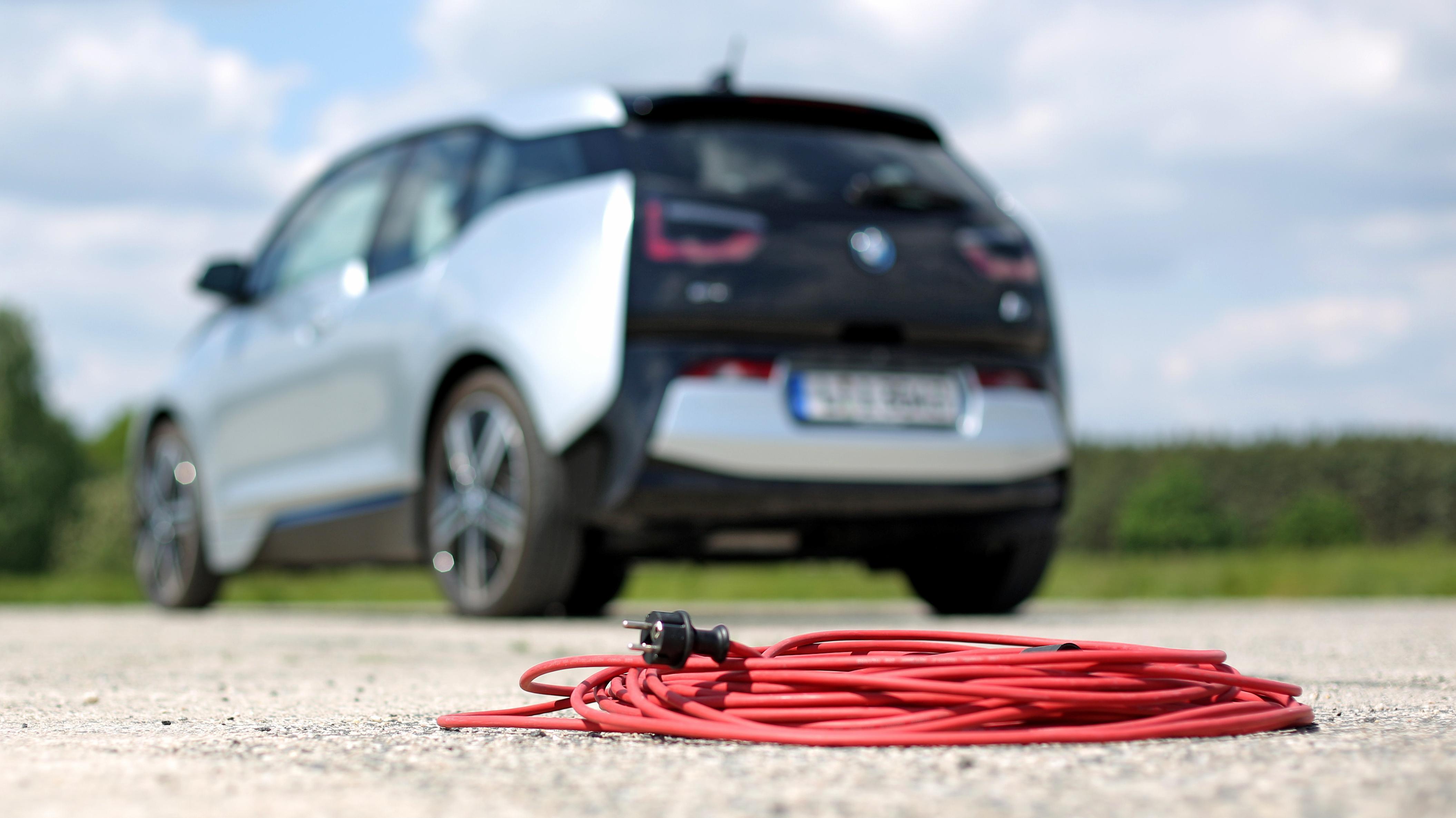 Elektroauto hinter einem Stromkabel