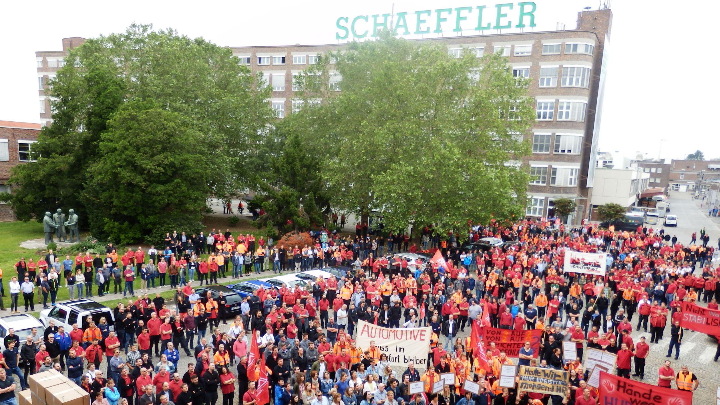 Mitarbeiter protestieren vor dem Schaeffler-Standort in Schweinfurt