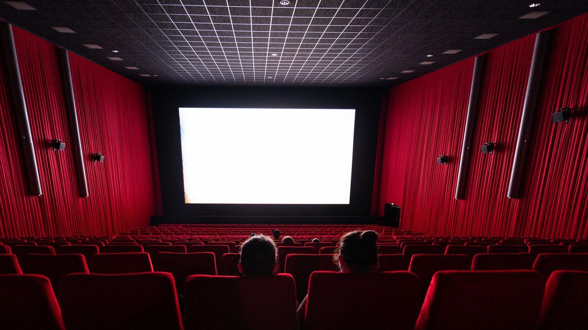Kinosaal mit leeren Sitzen, nur drei Paare sind zu sehen. Sie sind so im Zuschauerraum verteilt, dass viele Reihen dazwischen frei bleiben.