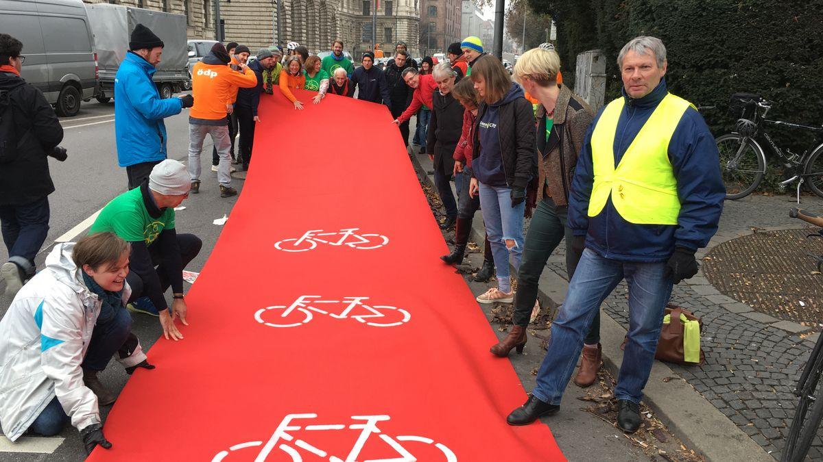 An der Kreuzung zum Münchner Altstadtring verlegte 2018 ein Bündnis von Fahrradfreunden symbolisch einen Radweg verlegt.
